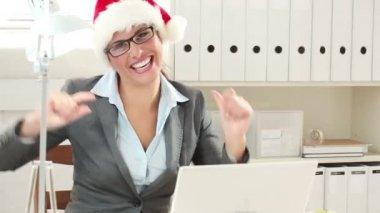 Smiling business woman in santa claus hat — Stock Video