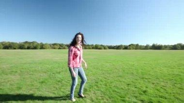 Söt flicka vågor på kameran och leenden — Stockvideo