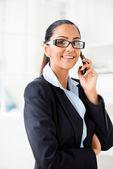 Femme d'affaires indienne envoi texte message mobile phone heureux — Photo