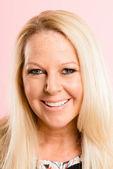 Mutlu kadın portre pembe arka plan gerçek yüksek çözünürlüklü — Stok fotoğraf