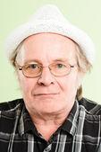 Ernstige man portret echte high-definition groene pagina — Stockfoto