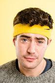 Šťastný muž portrét skutečné vysoké rozlišení žluté pozadí — Stock fotografie
