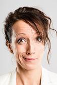 Komik kadın portre gerçek yüksek çözünürlüklü gri arka plan — Stok fotoğraf