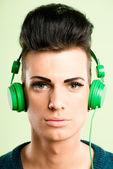 Grappige mens portret echte high-definition groene achtergrond — Stockfoto