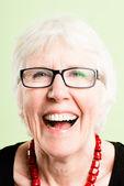 Szczęśliwa kobieta portret prawdziwy wysokiej rozdzielczości zielony deseń — Zdjęcie stockowe