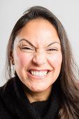 Grappige vrouw portret echte high-definition grijze achtergrond — Stockfoto