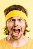 Legrační člověk portrét skutečné vysoké rozlišení žluté pozadí — Stock fotografie