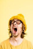 Rolig människa stående riktigt högupplöst gul bakgrund — Stockfoto