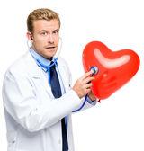 Doctor sosteniendo corazón sobre fondo blanco — Foto de Stock