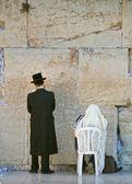 Two men praying in the wailing wall — Stock Photo