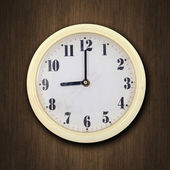 Reloj de pared en el fondo de madera — Foto de Stock
