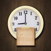 настенные часы на дерево фона — Стоковое фото