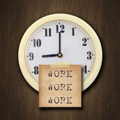 Orologio da parete sullo sfondo legno — Foto Stock