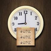 Horloge murale sur le fond de bois — Photo