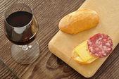 Italienische jause mit brot, salami, käse und rotwein — Stockfoto