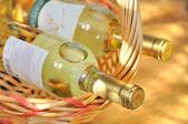 Flaschen feiner italienischer weißwein — Stockfoto