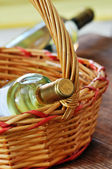 Flasche feinen italienischen weißwein in einem korb — Stockfoto