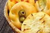 Małe pizze z cebula, oliwki, karczochy i pomidory — Zdjęcie stockowe