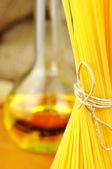 E のオーリオ ・ ペペロンチーノ スパゲッティ アーリオ ・原料 — ストック写真