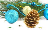 松ぼっくりと青のボールの白い上とクリスマス組成 — ストック写真