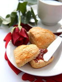 Heart shaped scones with strawberry jam and a cup of tea — Stock Photo
