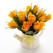 Gelber rosenstrauss in weißen gießkanne — Stockfoto