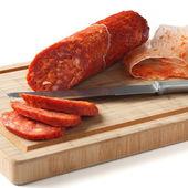 Salsiccia chorizo spagnolo con coltello sulla tavola di legno — Foto Stock
