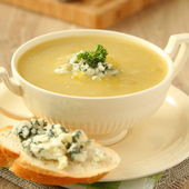 Onion soup with celery and sliced bread with blue cheese — Stock Photo