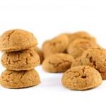 Pile of ginger nuts (pepernoten) isolated on white background — Stock Photo