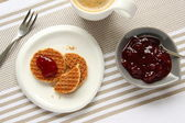 Mini stroopwafels (syrupwaffles) with cup of coffee and jam — Foto Stock