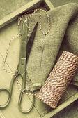 ножницы, катушка нить, игла и вретище на деревянный поднос — Стоковое фото