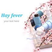 астмы ингаляторах с ингаляционная маска и цветущие ветви деревьев на деревянный поднос над белой — Стоковое фото