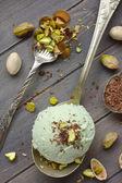 Colher de sorvete pistache caseiro com pistache picado e chocolate — Fotografia Stock