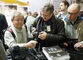 Photographers examine new Nikon products: Nikon D4 and Nikon D800 — Stock Photo