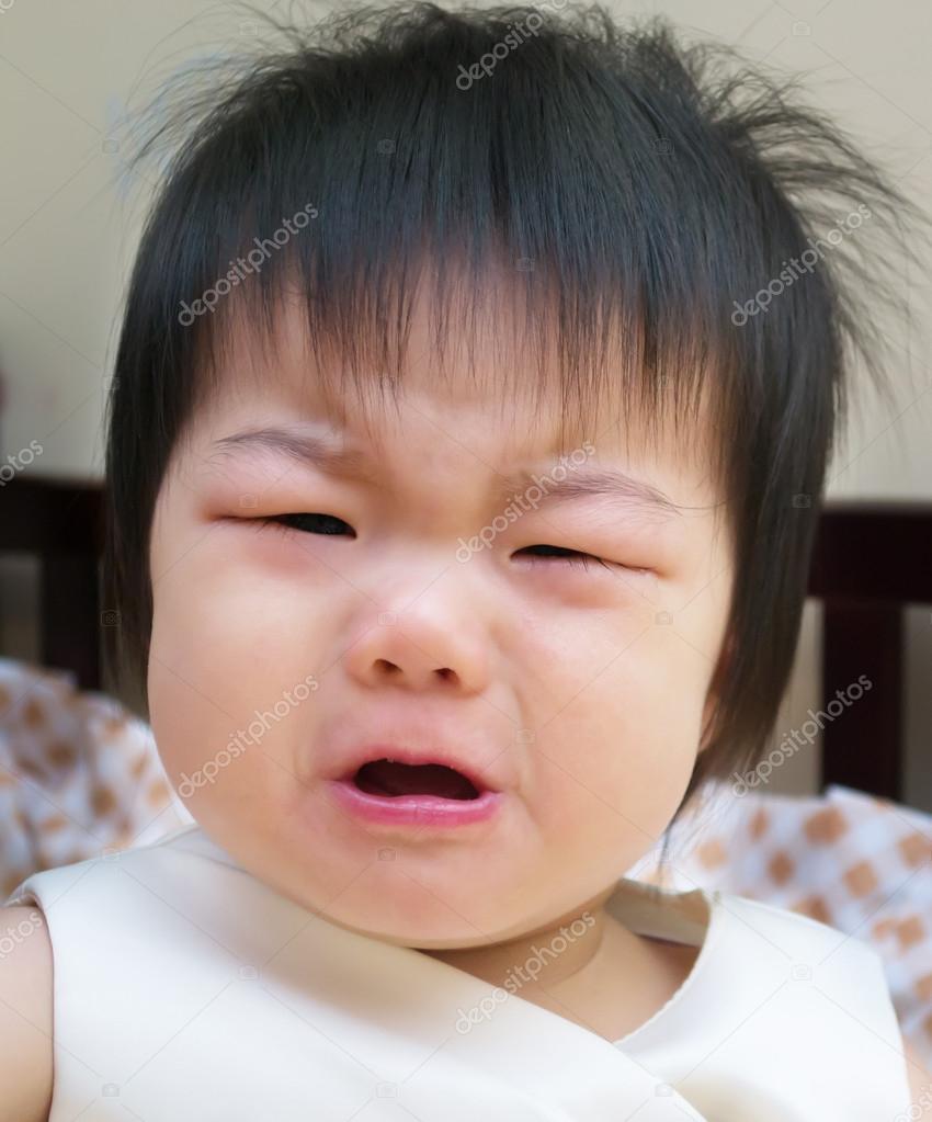 张一岁亚洲宝宝哭的照片– 图库图片