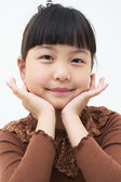 Asian little girl rest her chin on her hands — Stock Photo