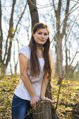 Vacker leende flicka i parken — Stockfoto