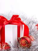 Box red ribbon bow silver tinsel — Foto Stock