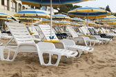 Strand mit sonnenschirmen — Stockfoto