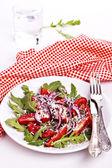 Čerstvý salát na talíři s červeným ubrousek — Stock fotografie