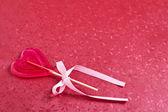 конфеты в форме сердца на красном — Стоковое фото