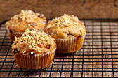 Banana muffins with walnuts and white chocolate on a cooling rack — 图库照片
