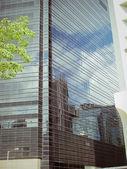 一座摩天大楼摩天大楼上的反思. — 图库照片