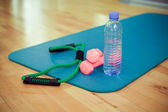 Dumbbells and bottle of fresh water — Stockfoto