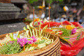 Offerings to gods in Bali with flowers, food and aroma sticks — Zdjęcie stockowe