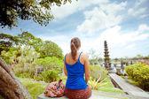 Donna nel Palazzo di tirtagangga acqua sull'isola di bali, indonesia — Foto Stock