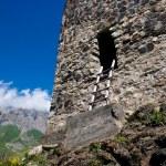 ruinas del antiguo asentamiento en las montañas del Cáucaso — Foto de Stock