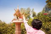 香りが付いている寺院の神々 に供物を棒します。 — ストック写真