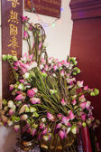 Offerings to gods in temple with flowers — Stock fotografie