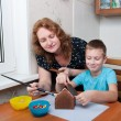 Mother and son making gingerbread house — Stock Photo